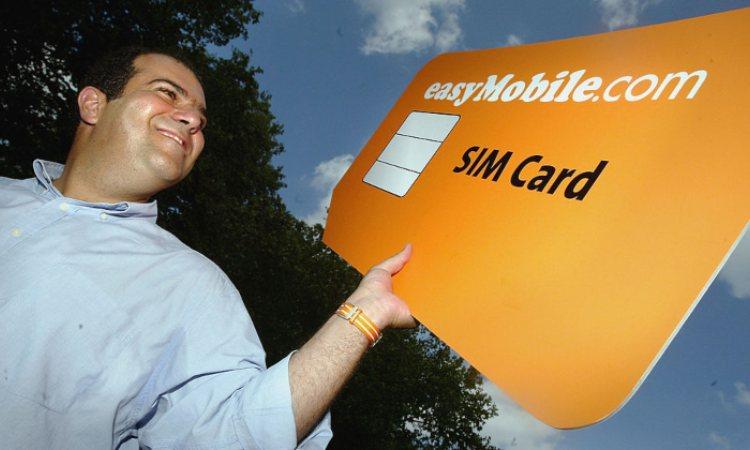 Un uomo tiene una sim card gigantesca
