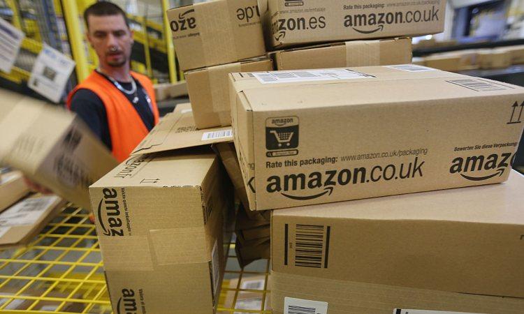 Alcuni pacchi di Amazon in magazzino
