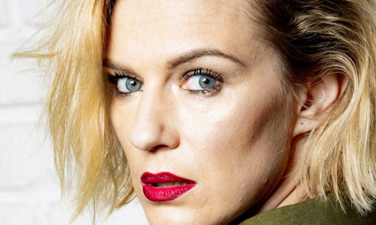 Antonia Liskova rossetto rosso