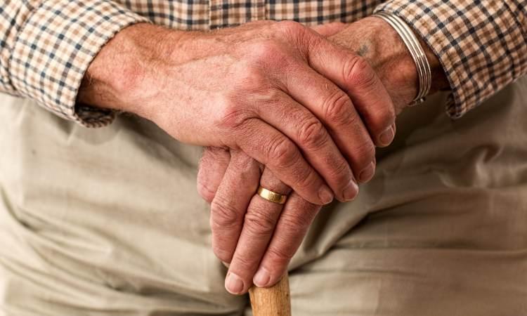 anziano signore si regge sul bastone