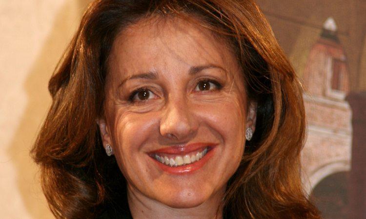 Carla Signoris sorride
