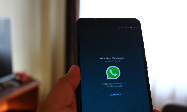chat di WhatsApp su cellullare