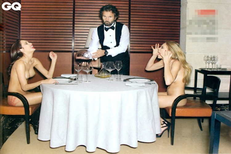 Carlo Cracco posa con due modelle per GQ