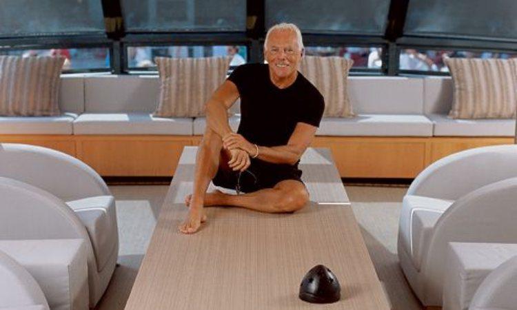 Giorgio armani sullo yacht sorride