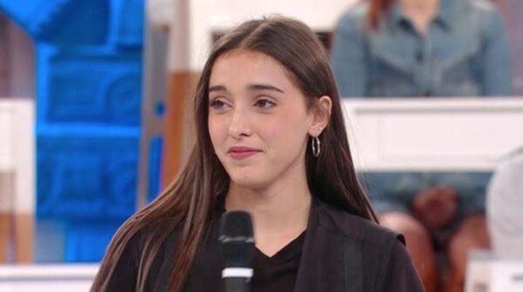 Giulia Stabile guarda capelli marroni