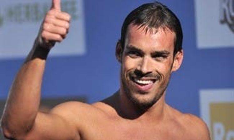 Luca Marin sorride con il pollice alzato