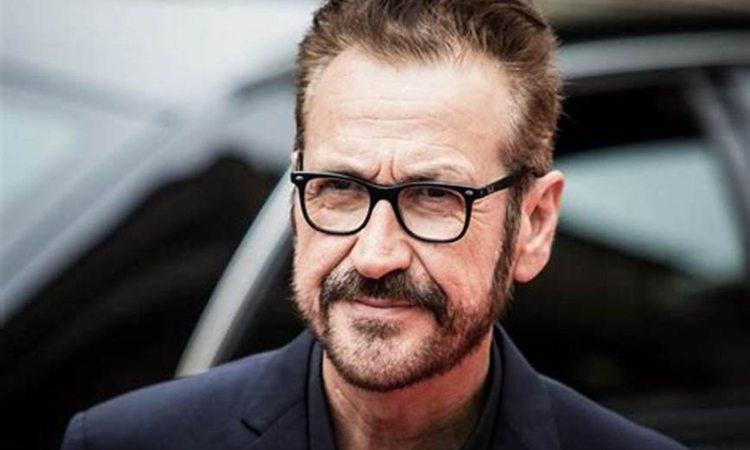 Marco Giallini sorride occhiali neri