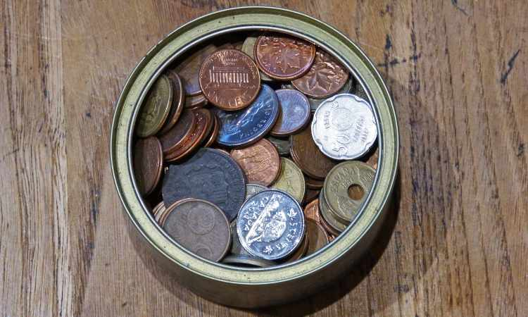 monete conservate in una scatola di latta