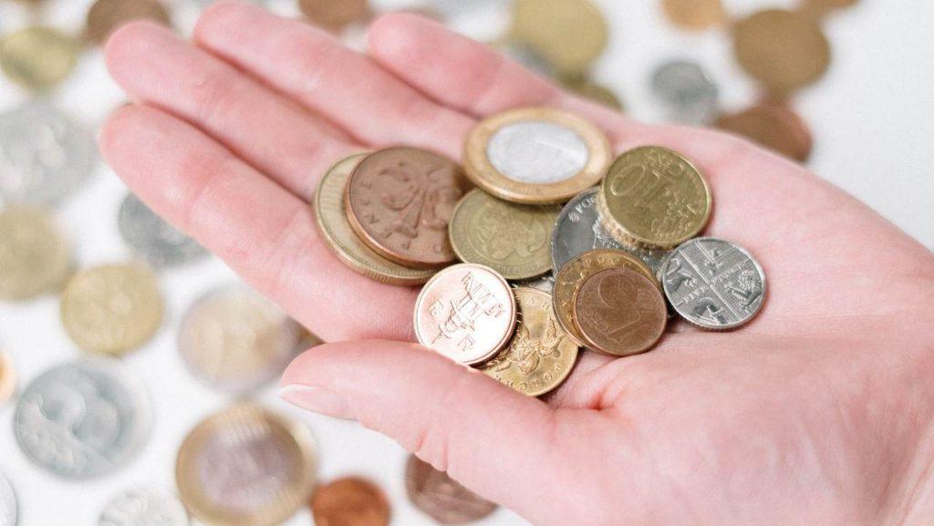 monete di metallo in una mano