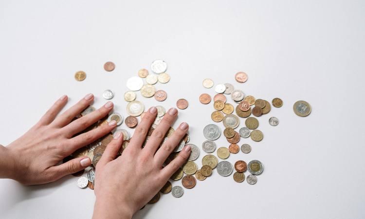 monete in metallo di diverse nazioni