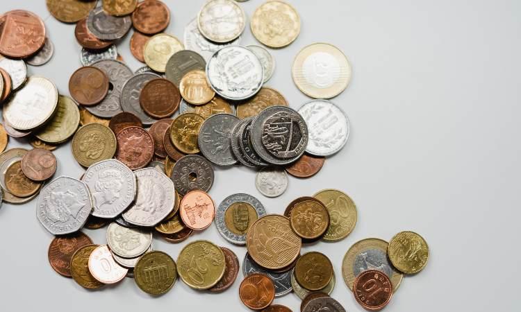 monete in metallo di diverse nazioni europee