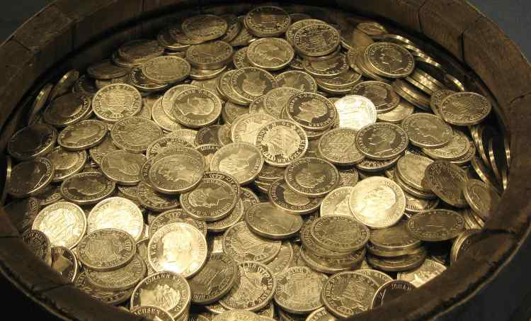 monete in metallo in un contenitore in legno