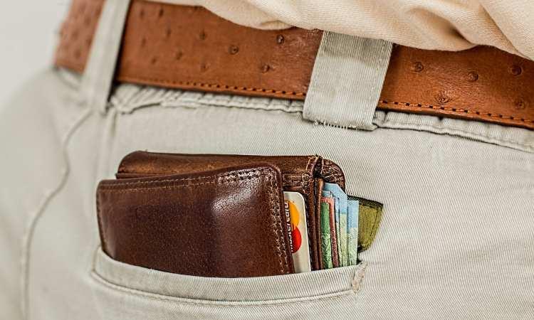 portafogli con carte di credito e banconote
