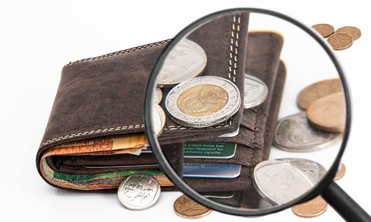 portafogli con monete e banconote