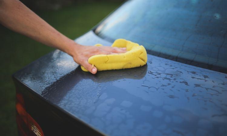 pulizia esterno dell'auto