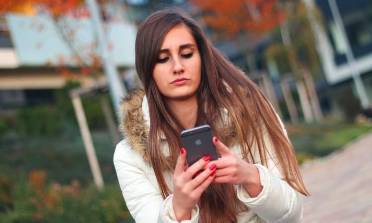 ragazza che guarda lo smartphone