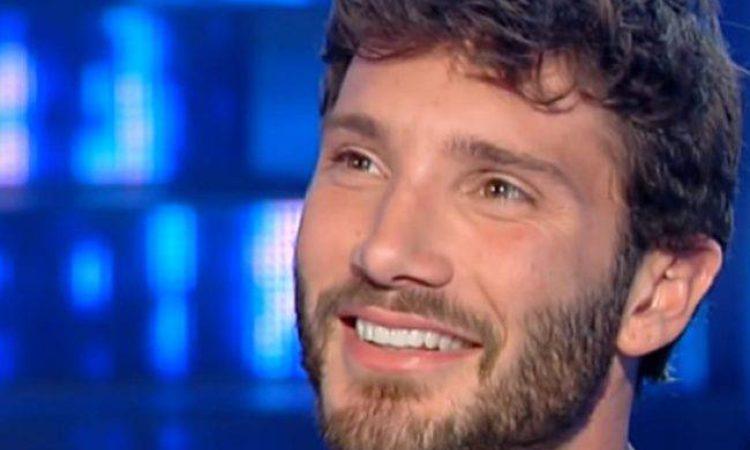 Stefano De Martino sorride