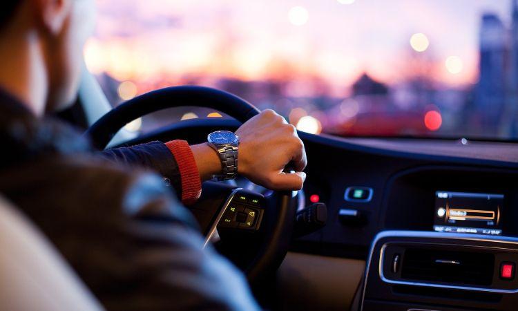 uomo alla guida di un'auto