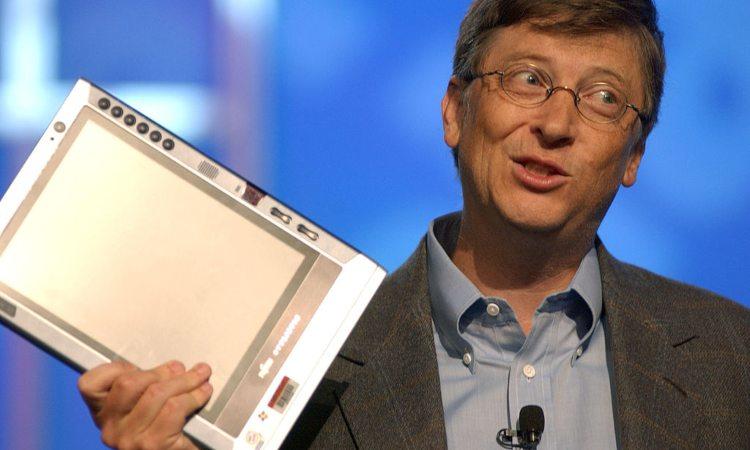 Bill Gates sorridente su un palco
