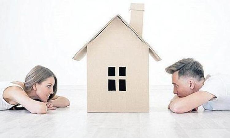 Due giovani fissano una finta casa