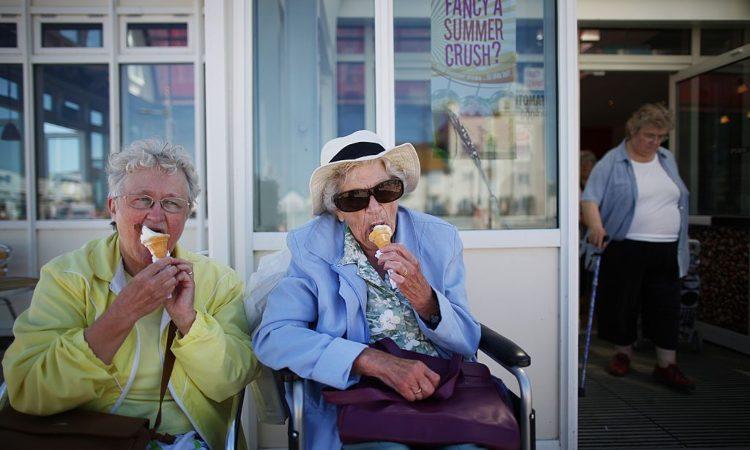 Due donne mangiano un gelato