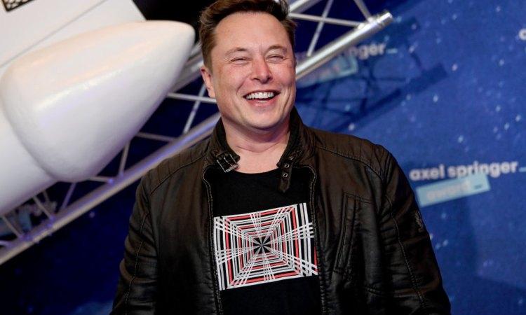 Il Ceo di Space Elon Musk sorridente