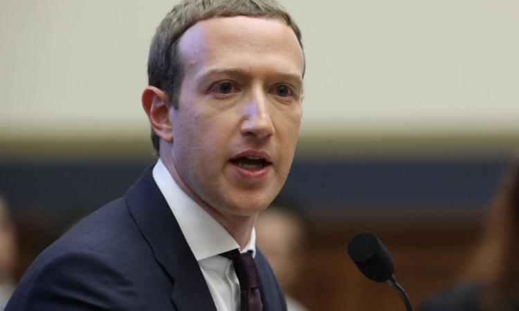 Il milionario Mark Zuckerberg intento a fare un discorso