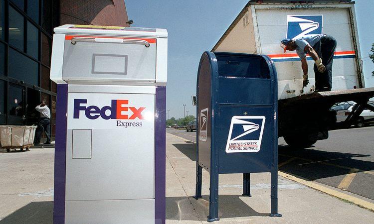 Un contenitore di pacchi e un furgone della FedEx