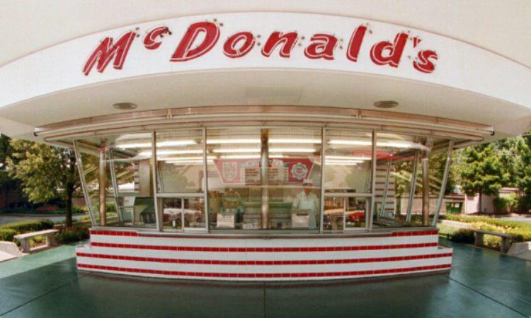 La scritta di Mc Donalds sopra un locale