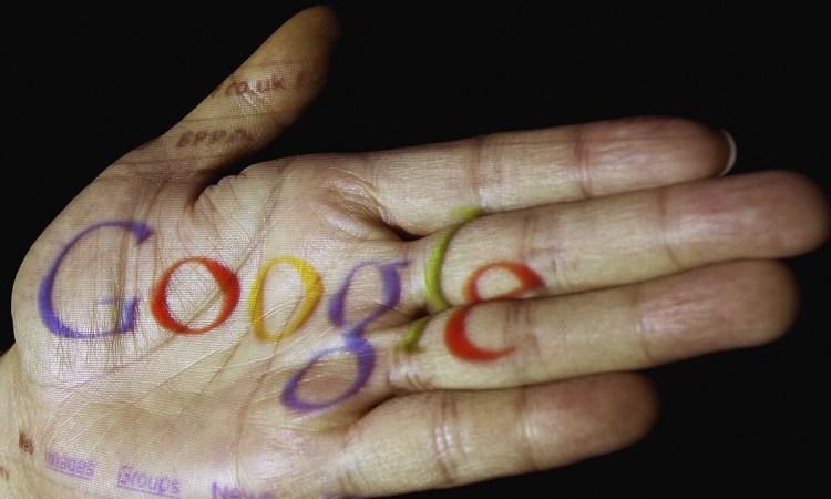 Una scritta inerente a Google su una mano