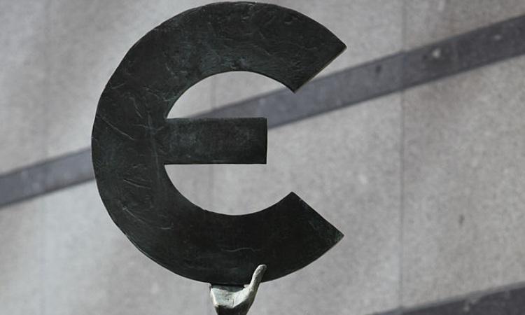 La statua di una donna con il simbolo degli euro in mano