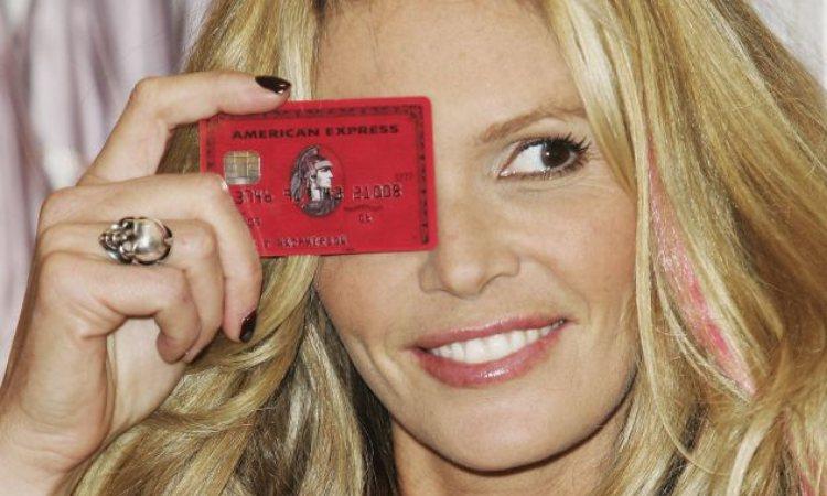 Una supermodella tiene una carta di credito su un occhio