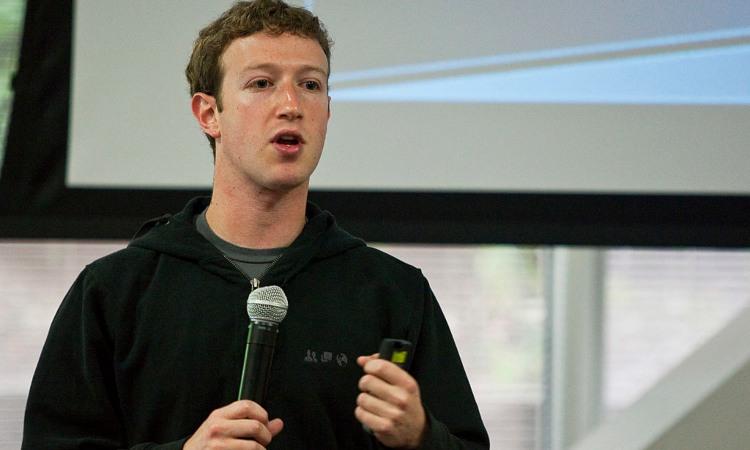 MArk Zuckerberg intento a parlare