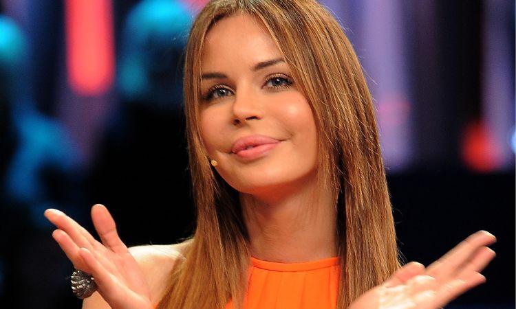 Nina Moric sorride magli arancione