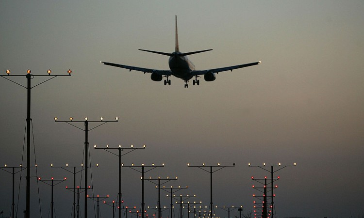 Le luci di una pista di atterraggio e un aereo