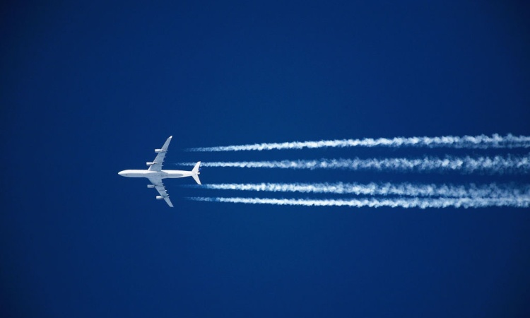 Alcune scie lasciate da un aereo