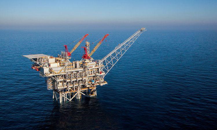 Una piattaforma in mare di estrazione del gas naturale