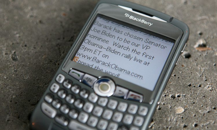 Un messaggio sul display di un telefono cellulare