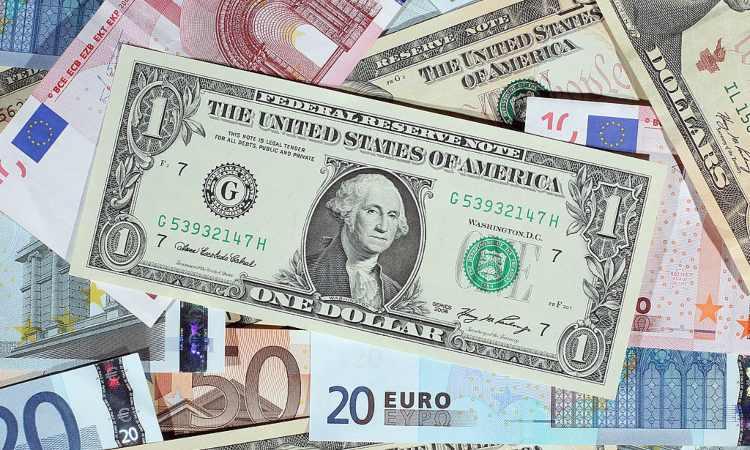 Alcune banconote con un dollaro in primo piano