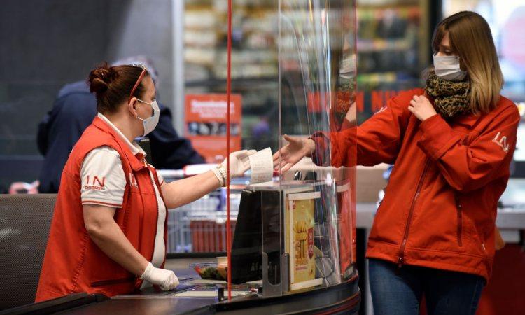 Una cliente riceve uno scontrino in un negozio