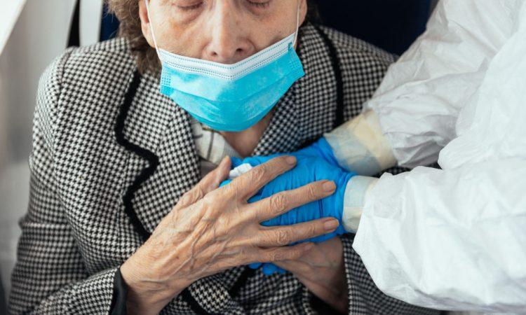 Una signora anziana stringe delle mani