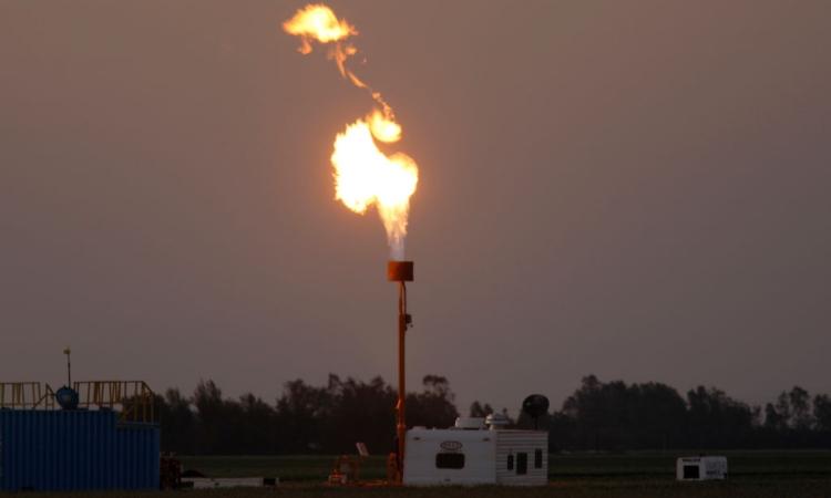 Una fiamma esce dalla cima di un impianto