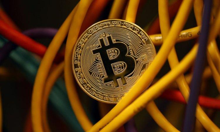 Alcuni cavi elettrici con una inconsueta moneta dei BTC