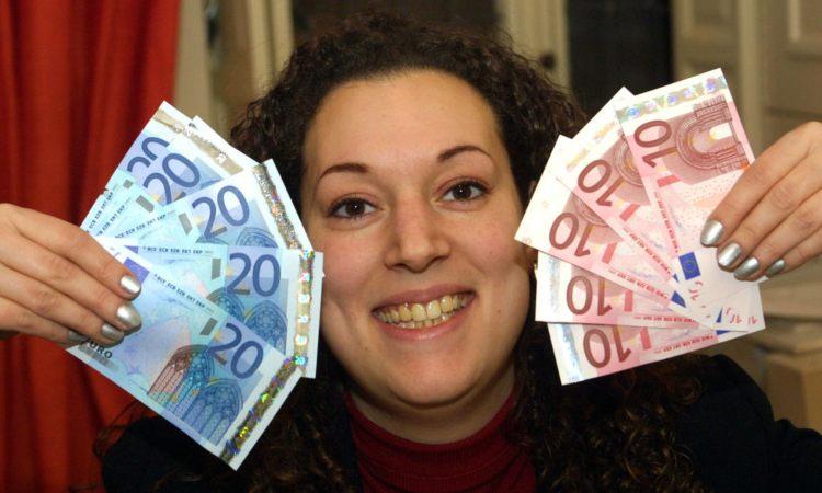 Una donna sorridente con soldi in mano