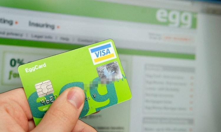 Una mano tiene una carta di credito