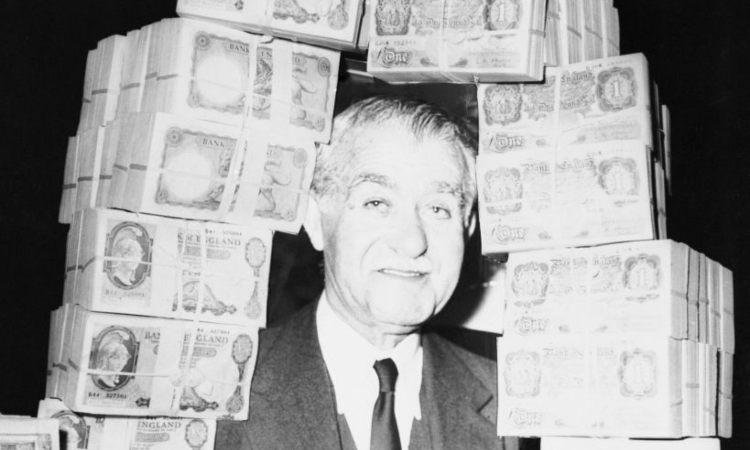 Un uomo con dei soldi intorno a lui