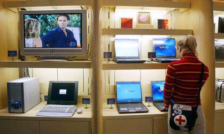 Una donna dentro una stanza con dei monitor accesi