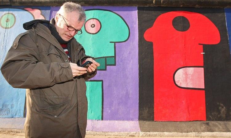 Un uomo guarda il suo smartphone