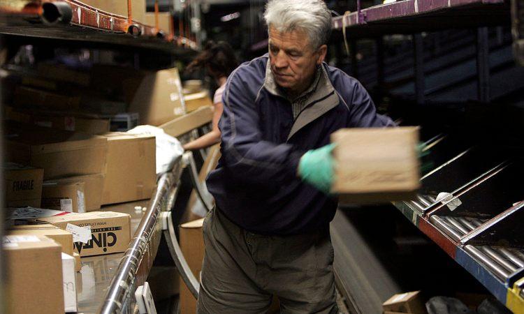Una persona mentre sposta un pacco