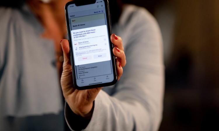 Una mano che mostra il display di uno smartphone